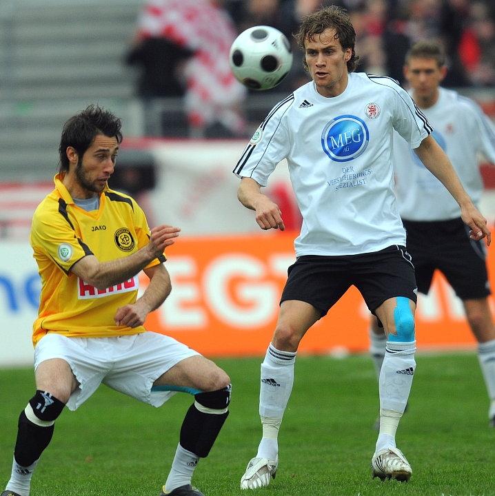 Zweikampf zwischen Marco Calamita (SC Pfullendorf) (L) und Sebastian Zinke (KSV Hessen Kassel)
