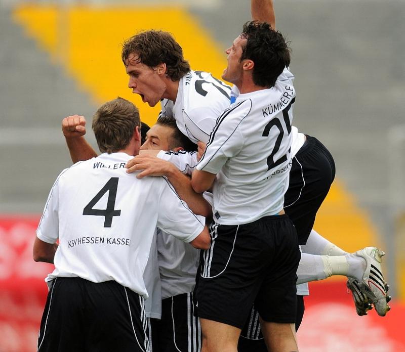 bejubeln den Treffer zum 2:0: Andreas Haas (KSV Hessen Kassel) (M), Michael K�mmerle (KSV Hessen Kassel) (R), Sebastian Zinke (KSV Hessen Kassel) (oben)