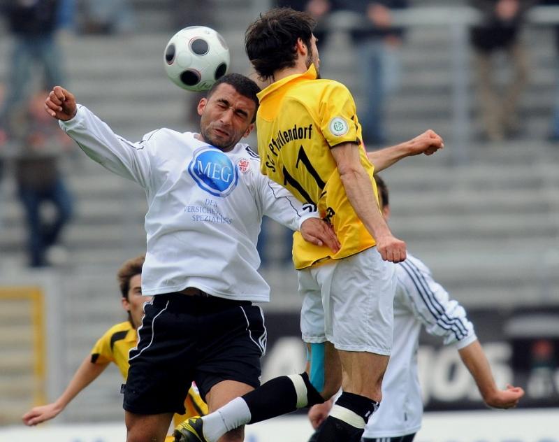 Im Kopfballduell Turgay G�lbasi (KSV Hessen Kassel) (L) und Marco Calamita (SC Pfullendorf)