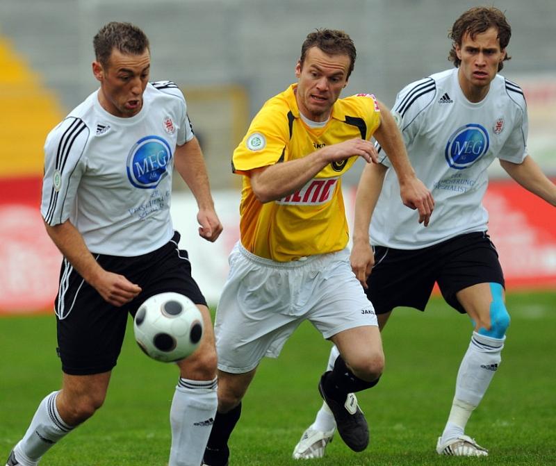 Kampf um den Ball von Andreas Haas (KSV Hessen Kassel) (L) gegen Marco Konrad (SC Pfullendorf), Sebastian Zinke (KSV Hessen Kassel) (R)