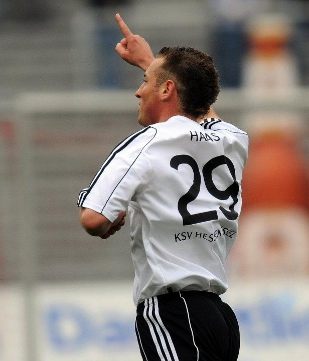 Jubel nach seinem ersten Treffer im Auestadion Andreas Haas (KSV Hessen Kassel)