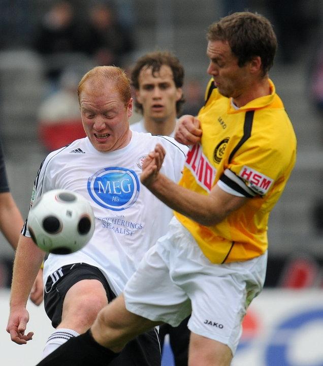 Zweikampf zwischen Sebastian Busch (KSV Hessen Kassel) gegen Marco Konrad (SC Pfullendorf)