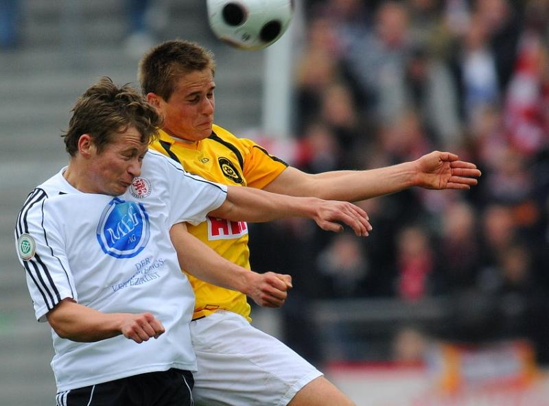 Kopfballduell Martin Scholze (KSV Hessen Kassel) und Timo Trefzger (SC Pfullendorf) (R)