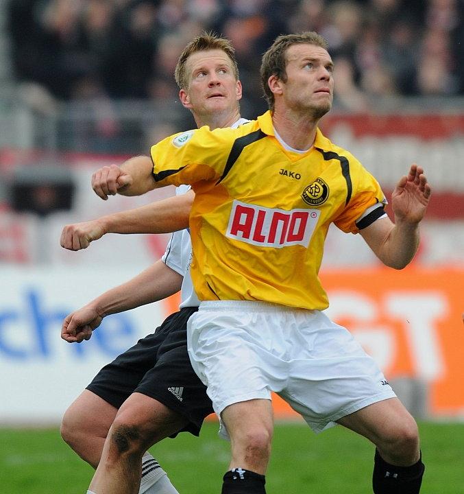 Warten auf das Spielger�t: Thorsten Bauer (KSV Hessen Kassel) und Marco Konrad (SC Pfullendorf)