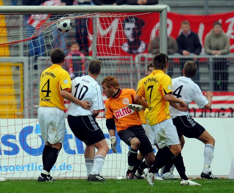 der Treffer zum 3:0: Matthias Kiefer (SC Pfullendorf),Thorsten Bauer (KSV Hessen Kassel), Manuel Wolff (Torwart SC Pfullendorf),Timo Trefzger (SC Pfullendorf), Torsch�tze Tobias Willers (KSV Hessen Kassel) (L-R)