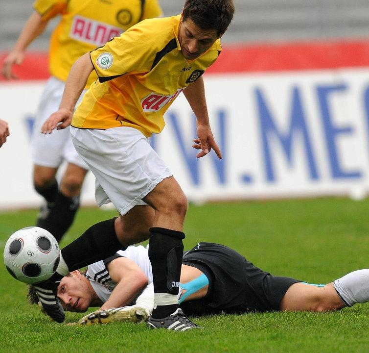 Den Ball immer im Blick: Sebastian Zinke (KSV Hessen Kassel) (am Boden)