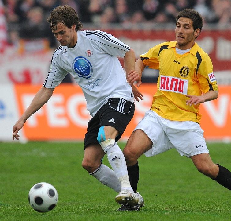 Kampf um den Ball zwischen Sebastian Zinke (KSV Hessen Kassel) und Daniel Isailovic (SC Pfullendorf)
