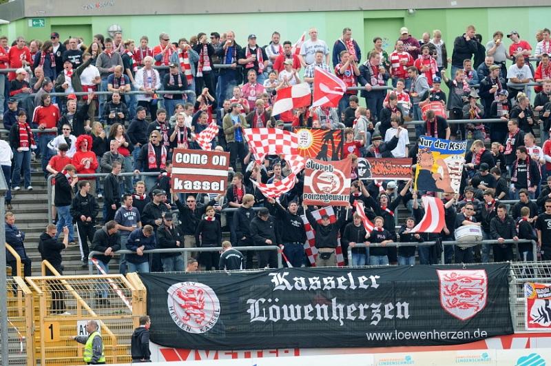 Ca. 400 mitgereiste KSV Fans im Leimbachstadion
