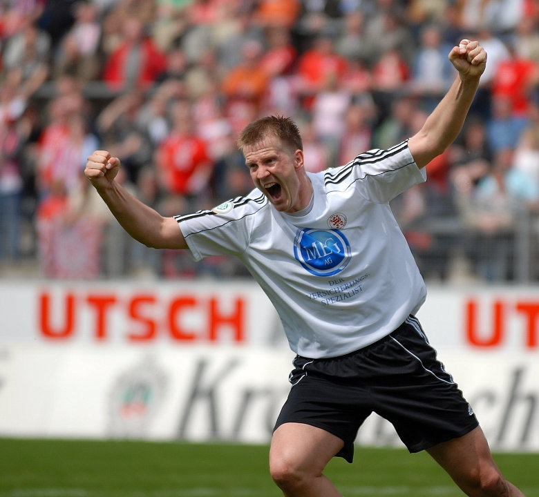 Thorsten Bauer (KSV) bejubelt seinen -17 1/2- Saisontreffer zum 0:1