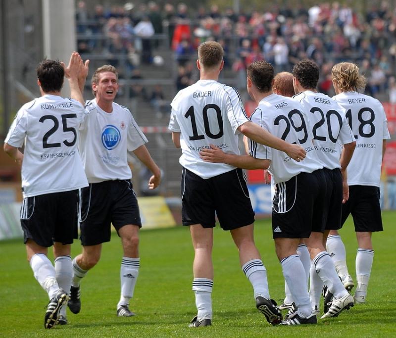 Und auch der Rest der Mannschaft freut sich: Tobias Willers (KSV Hessen Kassel) (2.v.L.)