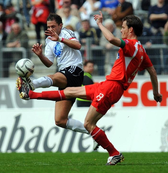 Zweikampf von Denis Berger (KSV Hessen Kassel)  (hinten) und Alexander Blessin (Sportfreunde Siegen)