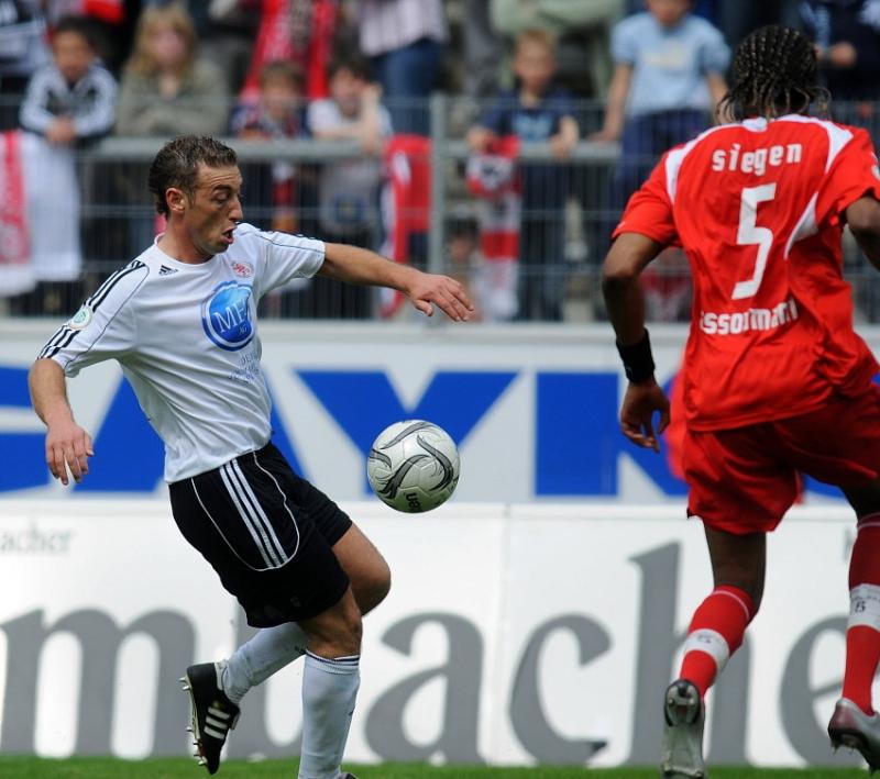 Andreas Haas (KSV Hessen Kassel) konzentriert bei der Ballanahme