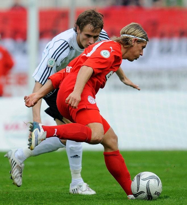 Sebastian Zinke (KSV Hessen Kassel) im Zweikampf gegen Gerrit M�ller (Sportfreunde Siegen)