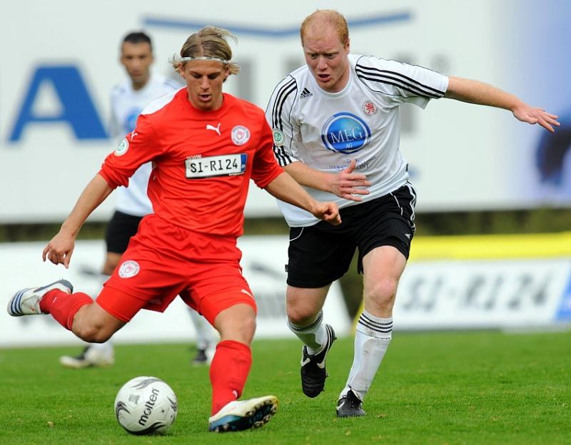 Zweikampf zwischen Gerrit M�ller (Sportfreunde Siegen) (L) und Sebastian Busch (KSV Hessen Kassel)