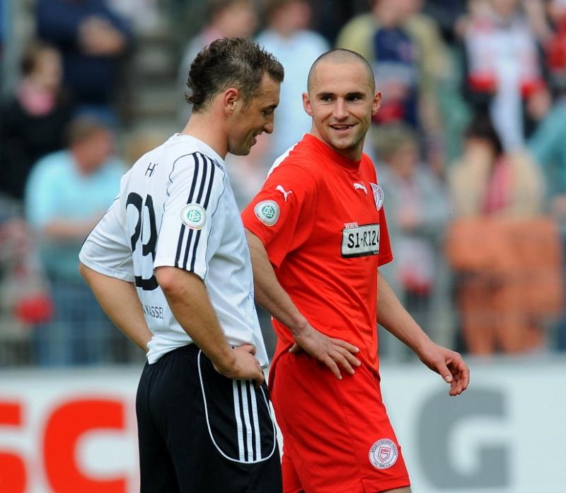 Gespr�che an der Mittellinie: Andreas Haas (KSV Hessen Kassel) (L) und Marcel Throm (Sportfreunde Siegen)