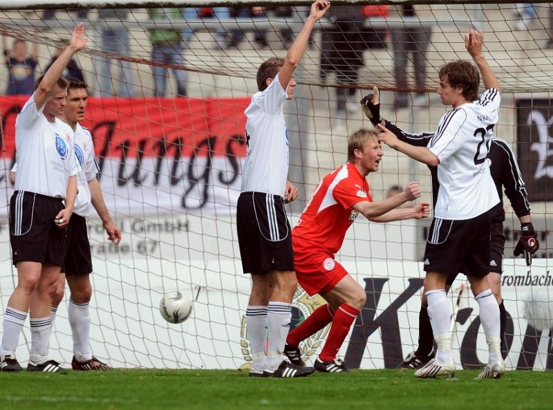 Abseitstor: Thorsten Bauer (KSV Hessen Kassel) (L) hebt den Arm, Daniel Bogusz (Sportfreunde Siegen) (2.v.R.) freut sich zu fr�h