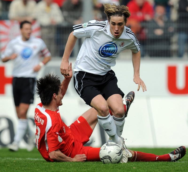 Zweikampf zwischen Mohamed El Berkani (Sportfreunde Siegen) (am Boden) und Jan Fie�er (KSV Hessen Kassel)