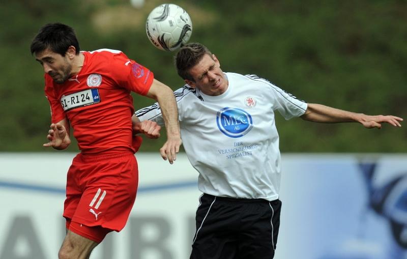 Kopfballduell von Veselin Popovic (Sportfreunde Siegen) (L) und Tobias Willers (KSV Hessen Kassel)