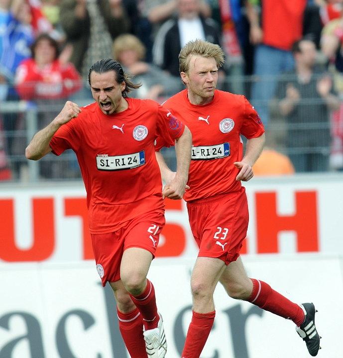 Jubel nach den Treffer zum 1:1: Torsch�tze Marc Gallego (Sportfreunde Siegen) (L) und Daniel Bogusz (Sportfreunde Siegen)