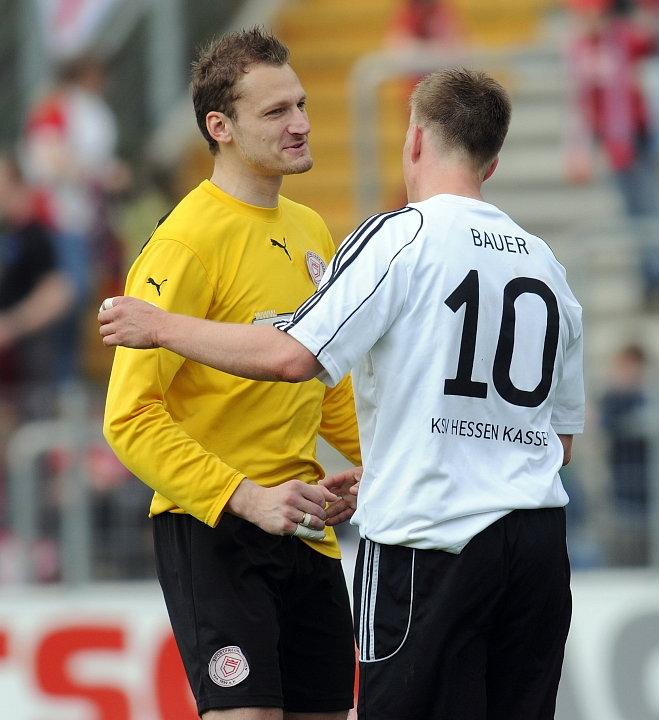 Nach Spielende: Robert Wulnikowski (Torwart Sportfreunde Siegen) und Thorsten Bauer (KSV Hessen Kassel) (R)