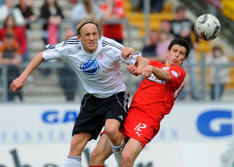 Kopfballduell von Daniel Beyer (KSV Hessen Kassel) und Dennis B�hrer (Sportfreunde Siegen)