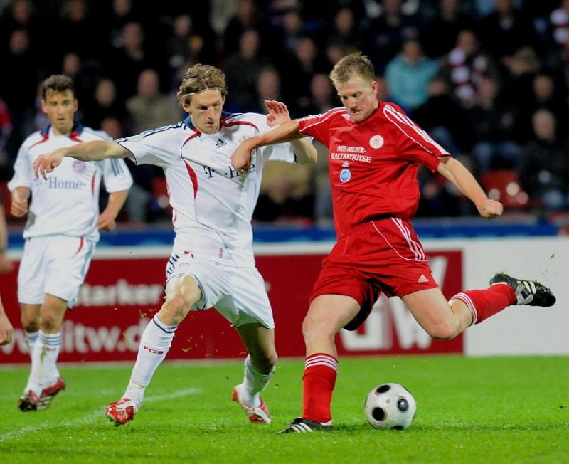 Thorsten Bauer (KSV Hessen Kassel) (R) gegen Daniel Sikorski (FC Bayern M�nchen II)
