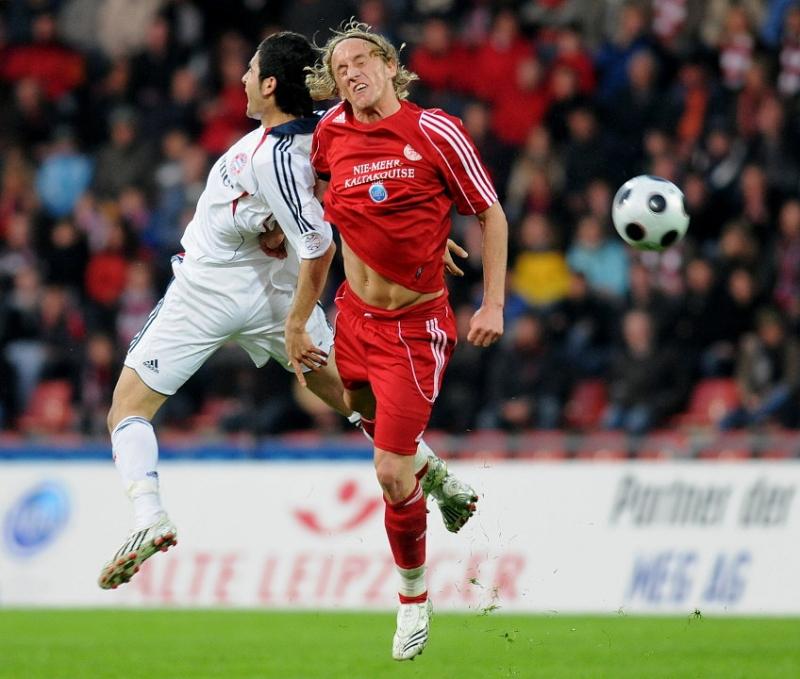 Kopfballduell Mehemet Ekici (FC Bayern M�nchen II) (L) und Daniel Beyer (KSV Hessen Kassel)