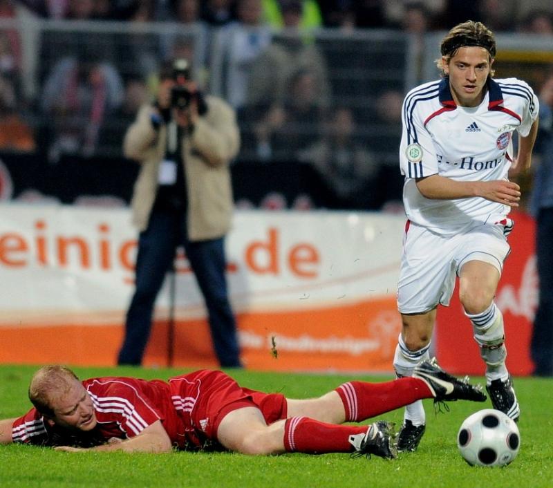 Sebastian Busch (KSV Hessen Kassel) am Boden Daniel Sikorski (FC Bayern M�nchen II) (R)