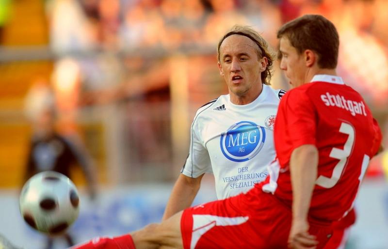 Daniel Beyer (KSV Hessen Kassel) (hinten) gegen Joachim Schwabe (VFB Stuttgart II)