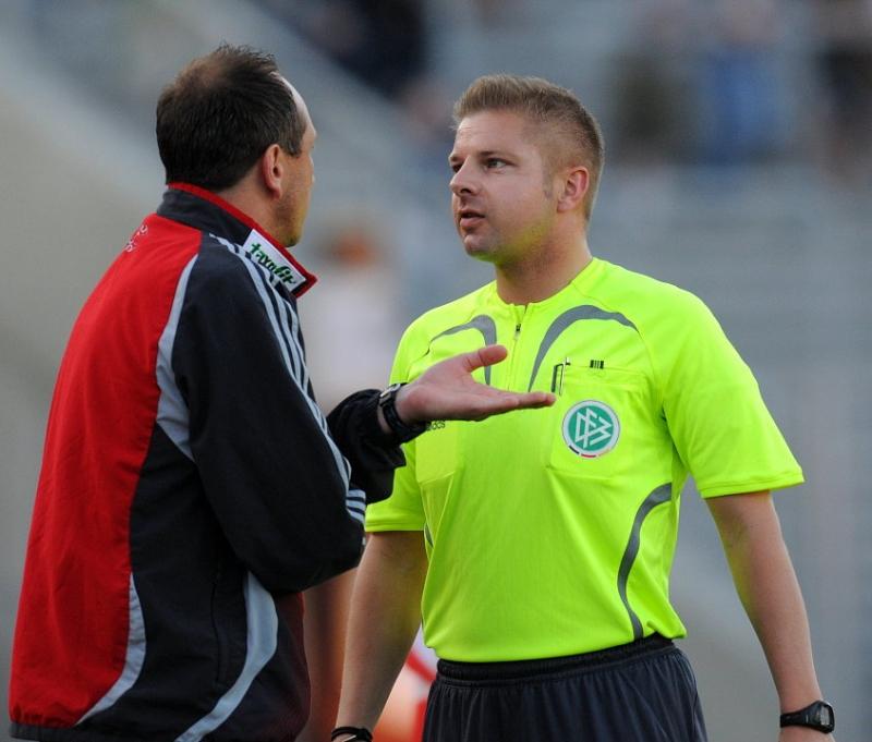 Matthias Hamann (Trainer KSV Hessen Kassel ) im Gespr�ch mit Schiedsrichter Thorsten Schreiver