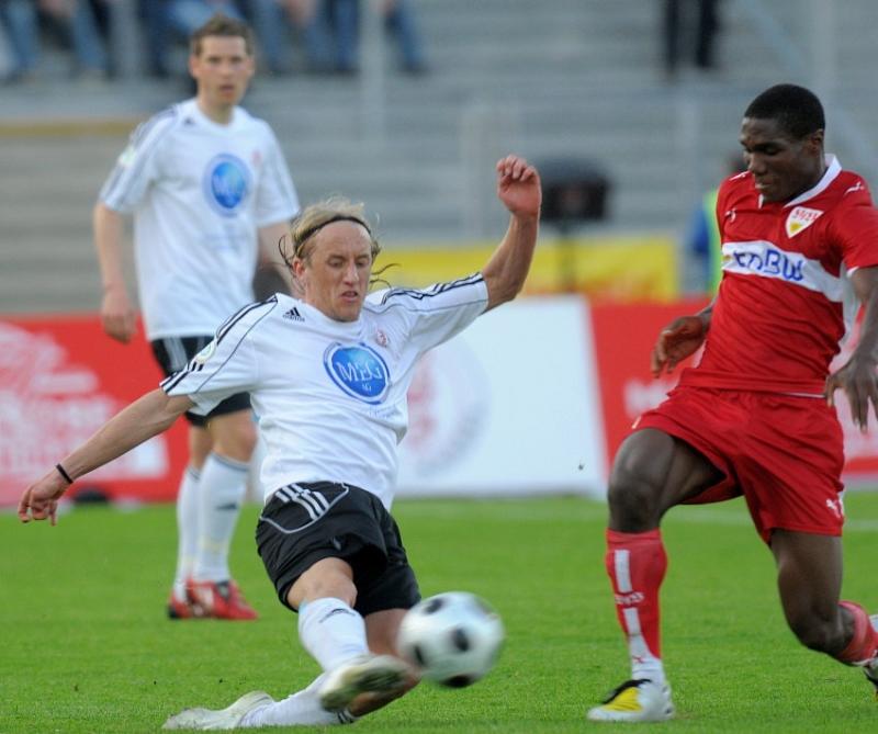 Daniel Beyer (KSV Hessen Kassel) (L) gegen Jos�-Alex Ikeng (VFB Stuttgart II)