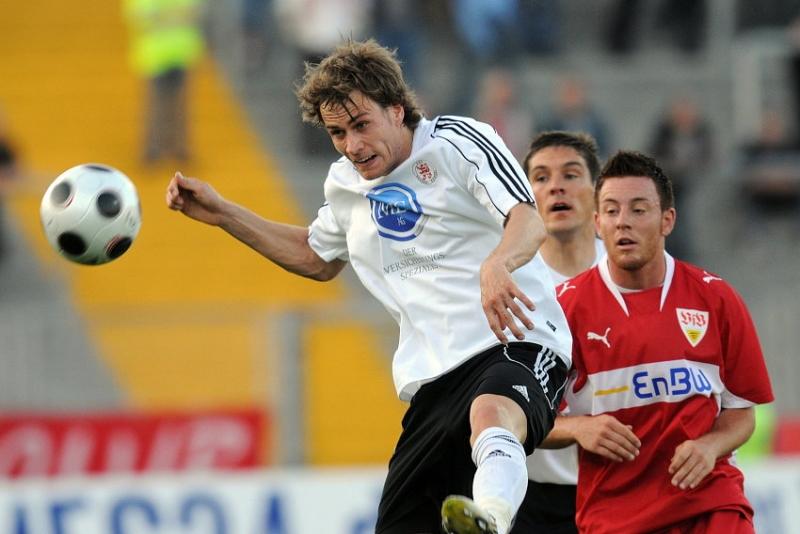 Sebastian Zinke (KSV Hessen Kassel) (L) gegen Michael Klau� (VFB Stuttgart II)