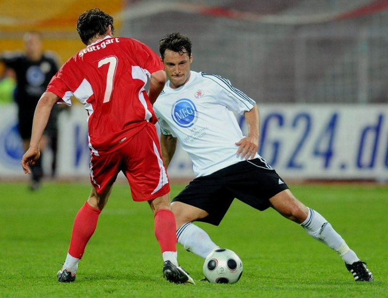 Zweikampf zwischen Michael K�mmerle (KSV Hessen Kassel) (R) gegen Christian Tr�sch (VFB Stuttgart II)