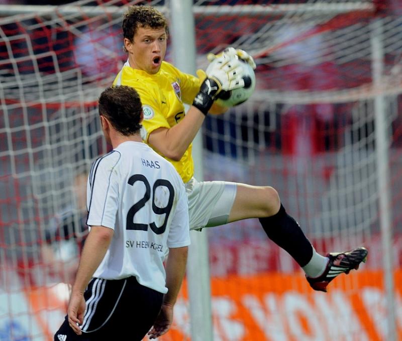 Andreas Haas (KSV Hessen Kassel) scheitert an Timo Hammel (Torwart VFB Stuttgart II)