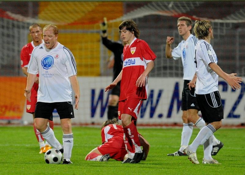 Sebastian Busch (KSV Hessen Kassel) (L) w�tend nach Entscheidung des Schirdsrichters