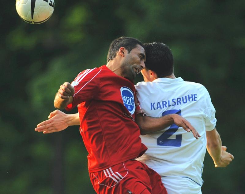 Kopfballduell von Turgay G�lbasi (KSV Hessen Kassel) gegen Stefan M�ller (KSC II)