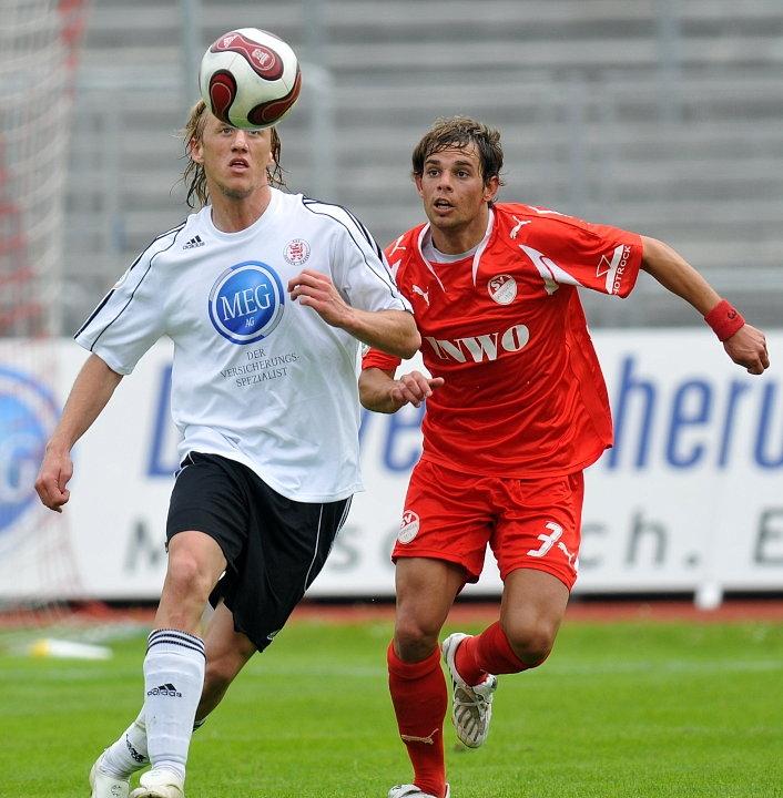 Tim Bauer (SV Sandhausen) (L) gegen Daniel Beyer (KSV Hessen Kassel)