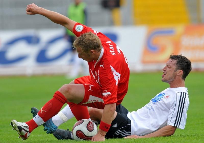 Marco Stark (SV Sandhausen) gegen Michael K�mmerle (KSV Hessen Kassel) (am Boden)