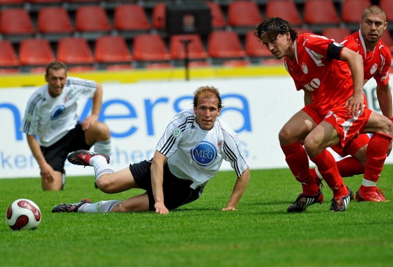 Christoph Keim (KSV Hessen Kassel) im Zweikampf gegen Boris Kolb (SV Sandhausen)