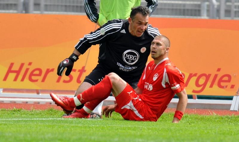 Oliver Adler (Torwart KSV Hessen Kassel) im Gespr�ch mit Velimir Grgic (SV Sandhausen)