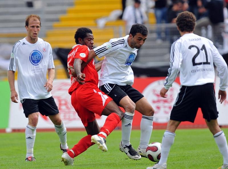 Turgay G�lbasi (KSV Hessen Kassel) im Zweikampf gegen Emmanuel Akwuegbu (SV Sandhausen)