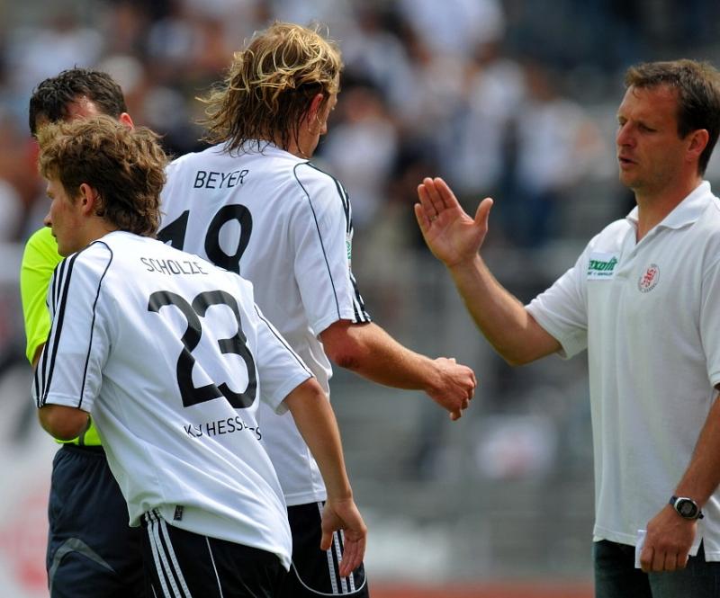 Martin Scholze (KSV Hessen Kassel) wird von Mirko Dickhaut (Neuer Trainer KSV Hessen Kassel ) f�r Daniel Beyer (KSV Hessen Kassel) eingewechselt