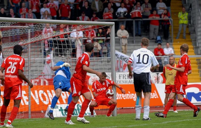 Tim Bauer (SV Sandhausen) kl�rt auf der Linie nach einem Ecksto�