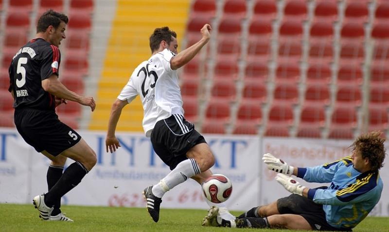 Michael K�mmerle (KSV Hessen Kassel) scheitert an FSV LU Torwart Assen Alexov (R)