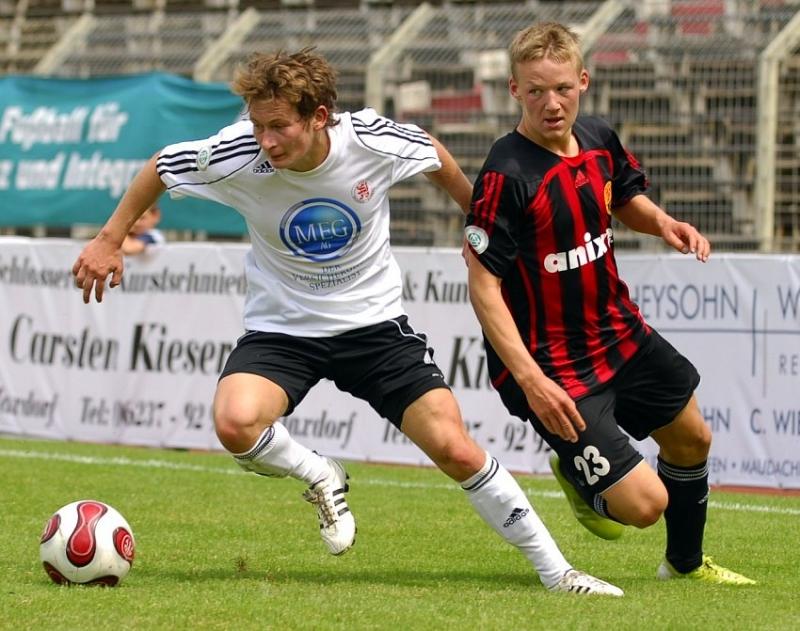 Martin Scholze (KSV Hessen Kassel) im Zweikampf mit Philipp Stiller (FSV LU) (R)