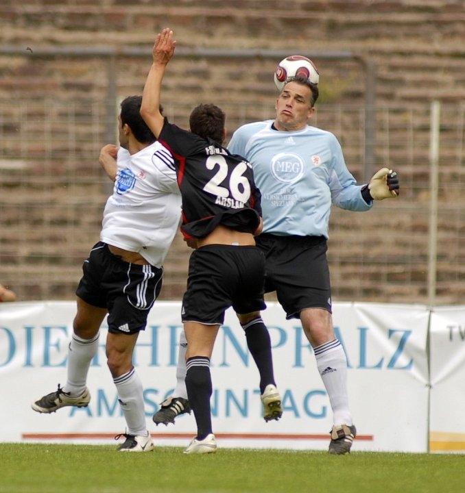 Oliver Adler (Torwart KSV Hessen Kassel) mit Kopfballeinsatz gegen Ercan Aslan