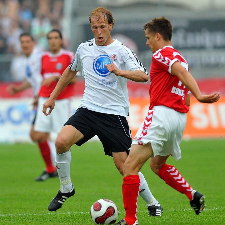 Zweikampf zwischen Christoph Keim (KSV Hessen Kassel) und Roland Bonimeier (Wacker Burghausen)