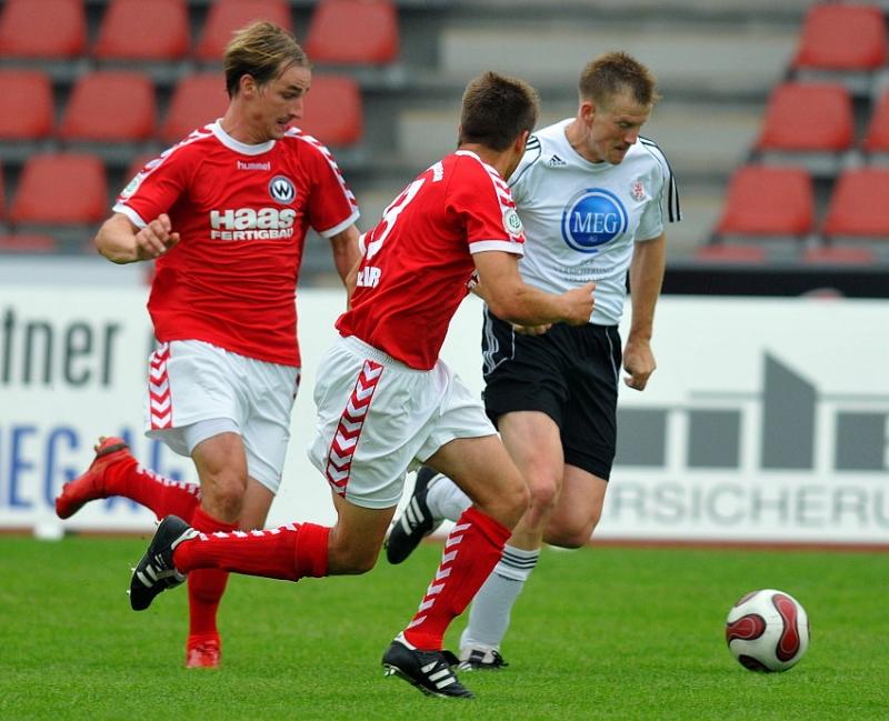 Zweikampf zwischen Thorsten Bauer (KSV Hessen Kassel) und David Solga (Wacker Burghausen) (M), Adnan Kudic (Wacker Burghausen) (L)