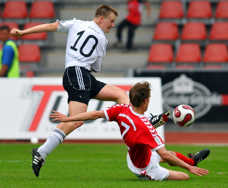 Zweikampf zwischen Thorsten Bauer (KSV Hessen Kassel) (L) gegen Daniel Rosin (Wacker Burghausen)