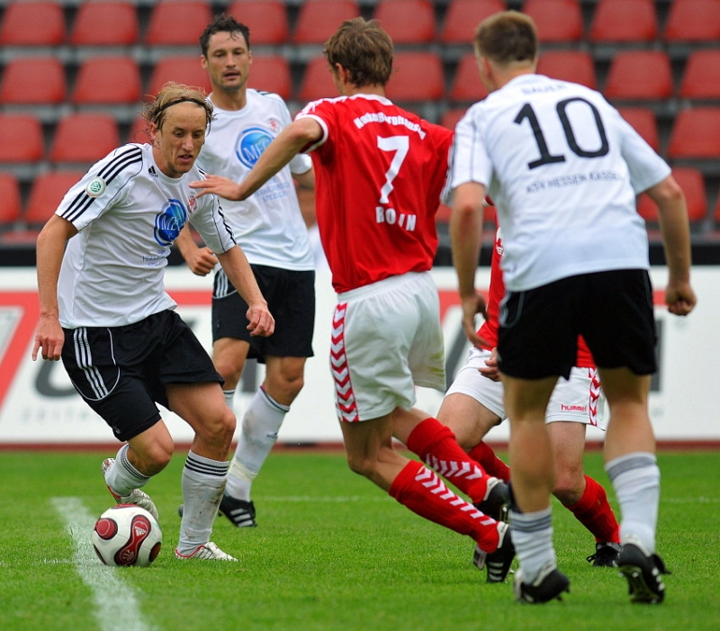 Daniel Beyer (KSV Hessen Kassel) (L) gegen Daniel Rosin (Wacker Burghausen) (M)